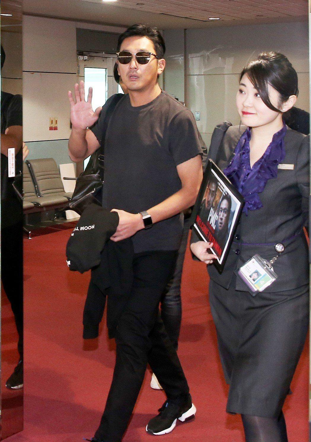 南韓影帝河正宇(左)2日中午搭機抵達桃園機場。記者陳嘉寧/攝影