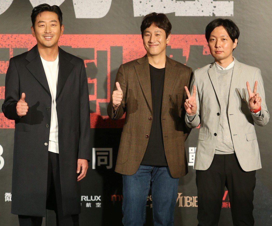 韓星河正宇(左起)、李善均與導演金秉祐今抵台宣傳新戲。記者侯永全/攝影