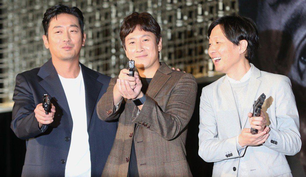 韓星河正宇(左起)、李善均與導演金秉祐在宣傳記者會玩射氣球遊戲。記者侯永全/攝影