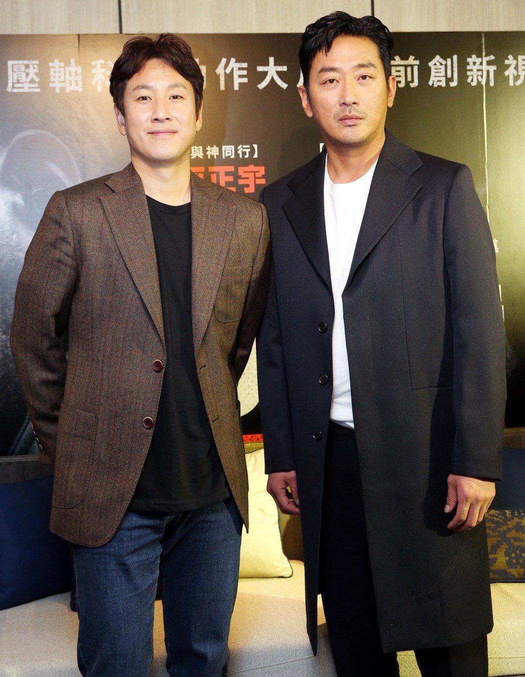韓星河正宇(右)與李善均(左)抵台宣傳「90分鐘末日倒數」新戲。記者侯永全/攝影