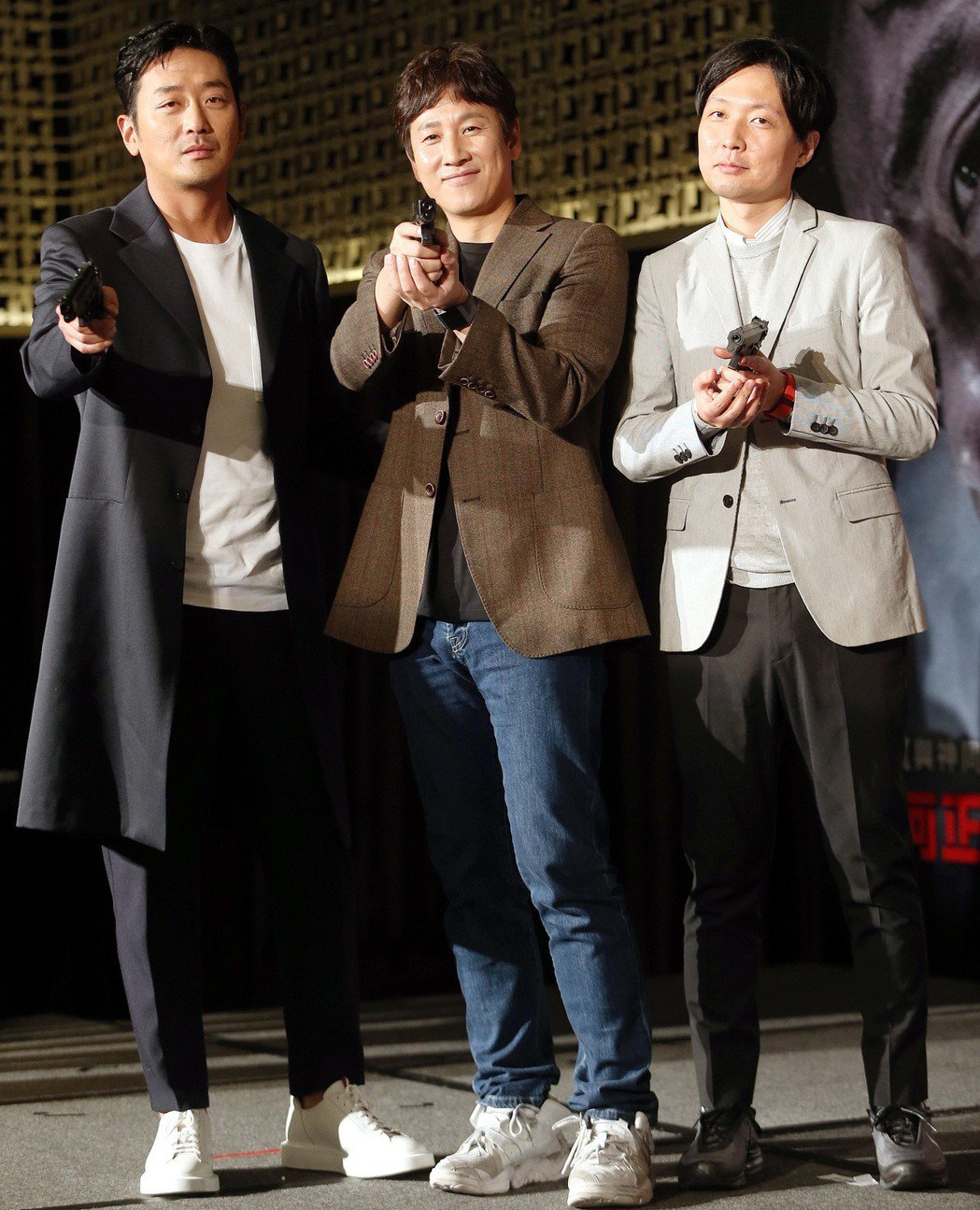 韓星河正宇(左起)、李善均與導演金秉祐昨出席「90分鐘末日倒數」新戲宣傳記者會。...