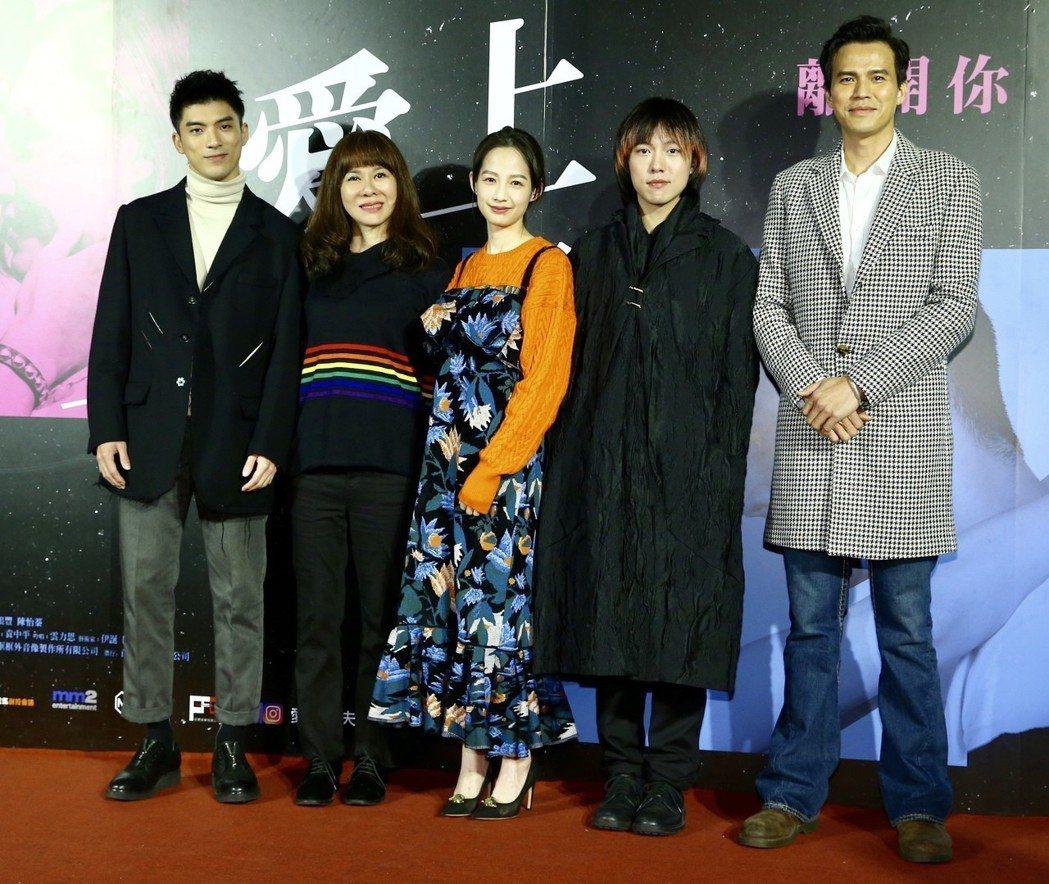 《愛上卡夫卡》舉行首映記者會,陳玉慧導演(左二)、簡嫚書(中)、林哲熹(左一)、...