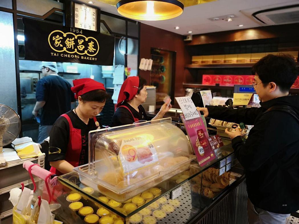 「泰昌餅家」風光來台開幕,被譽為有「世界上最好味蛋撻」,吸引不少消費者選購。 圖...