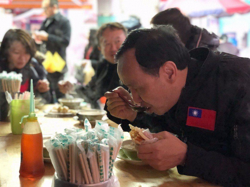 新北市前市長朱立倫日前以市民身分參加元旦升旗、和一般民眾一起用早餐。圖/翻攝自朱...