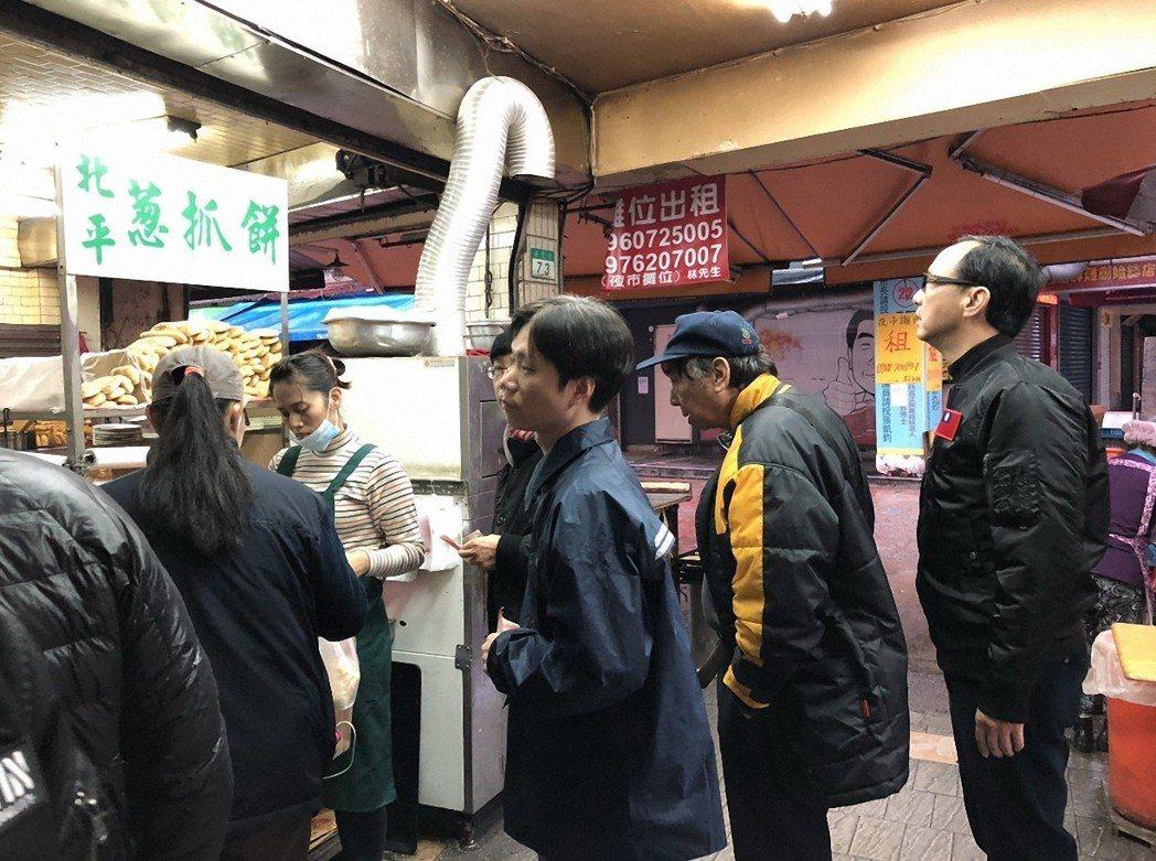 新北市前市長朱立倫(右一)昨到總統府升旗,並在臉書上貼出跟一般民眾一起吃早餐的照...