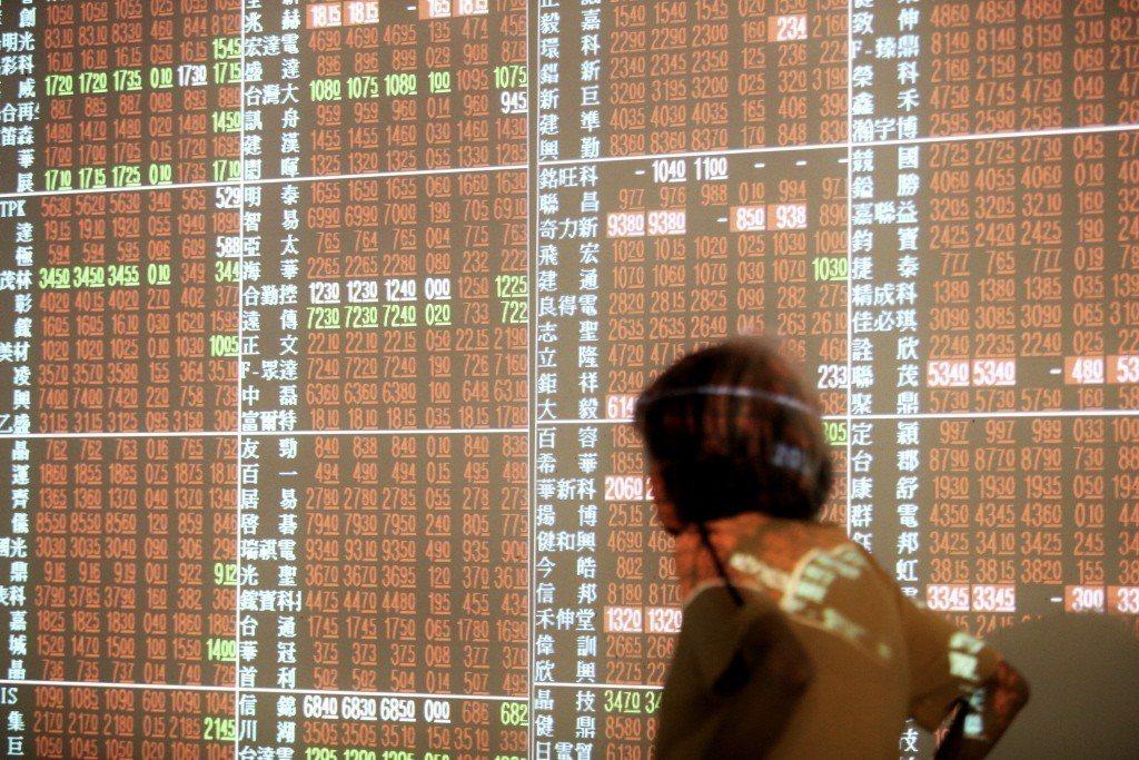 台股指數2日開在9,725.27點,下跌2.14點,隨後小漲2點,指數站上9,7...