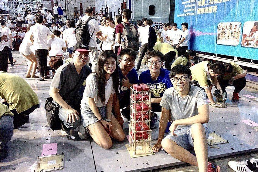 中原大學土木系學生用50根冰棒棍搭建出可乘載高達96公斤重量的木橋,勇奪全國「抗...