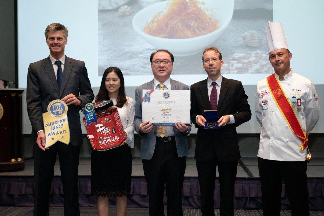 萬平企業董事長張高雄(左三),接受iTQi來台團隊在台北國際會議中心進行頒獎。 ...