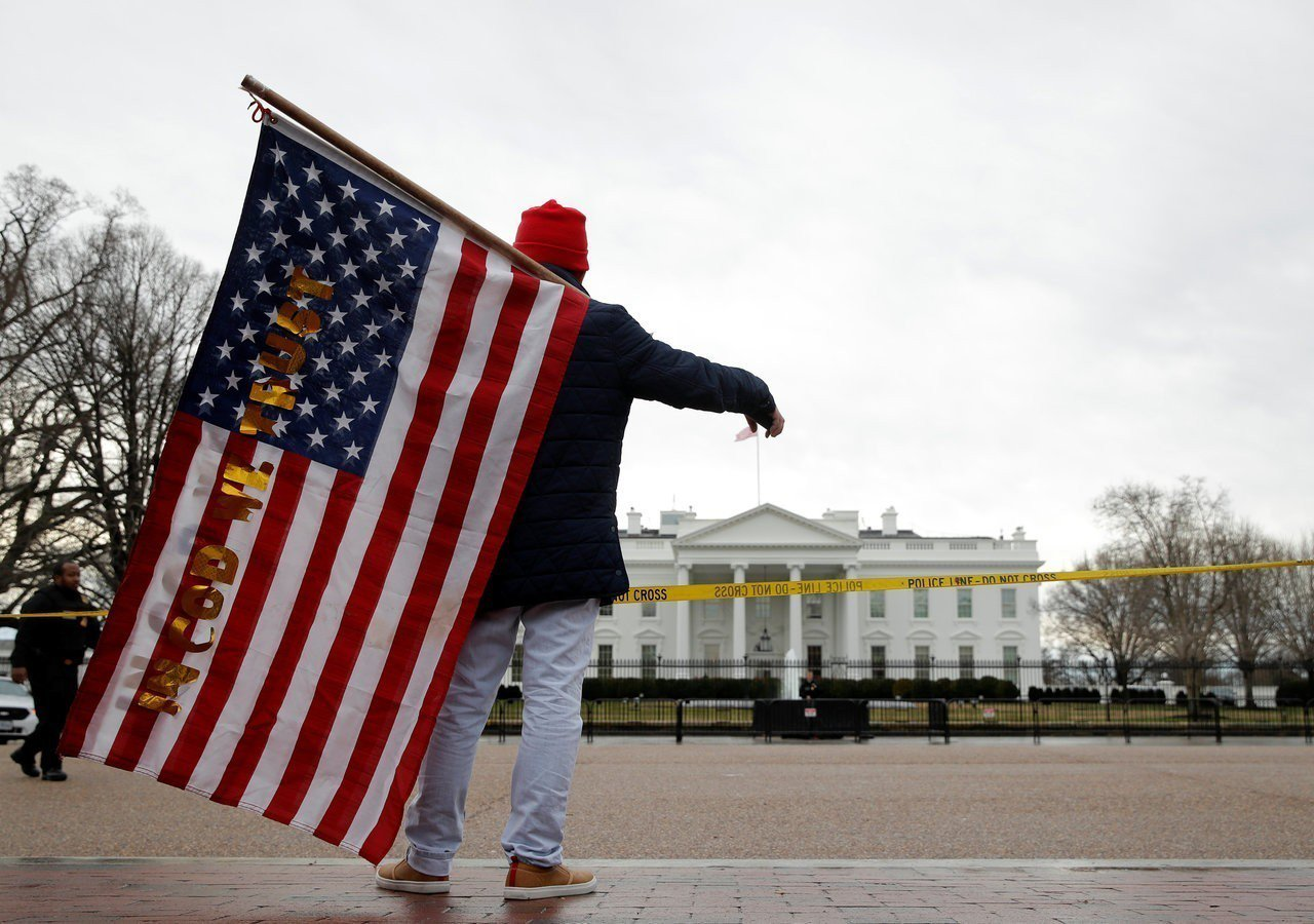 川普與民主黨為美墨邊境築牆費鬧僵,政府部門的支出法案卡關導致聯邦政府局部停擺。 ...