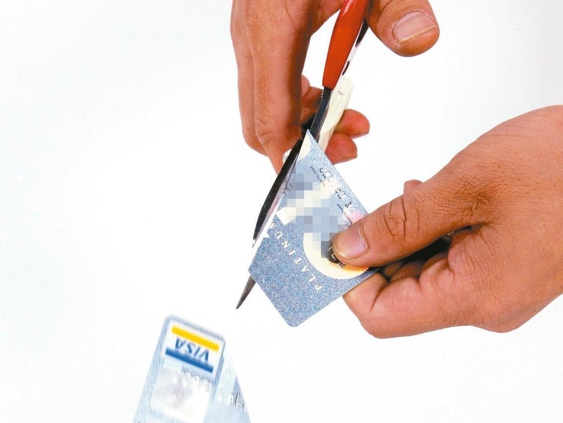 想剪卡嗎?不少銀行信用卡優惠縮水,專家建議剪卡前三思而後行,以免影響自身的權益。...