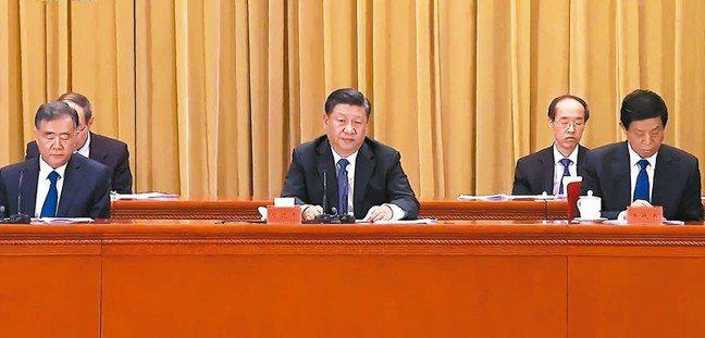 中共總書記習近平(中)上午出席告台灣同胞書發表40周年紀念會,習近平表示中國夢是...
