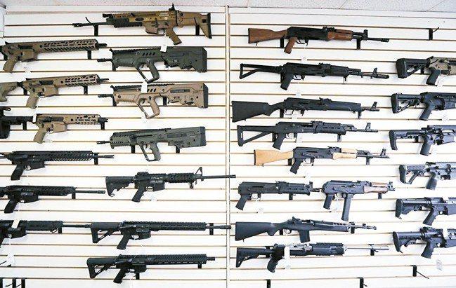美國華盛頓州新法上路,嚴禁21歲以下民眾購買半自動突擊步槍。 美聯社
