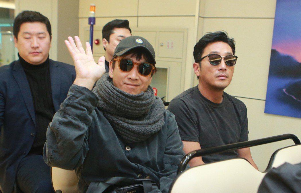 韓國藝人河正宇(前右)、李善均(前左)2日搭機來台,為新片「90分鐘末日倒數」宣