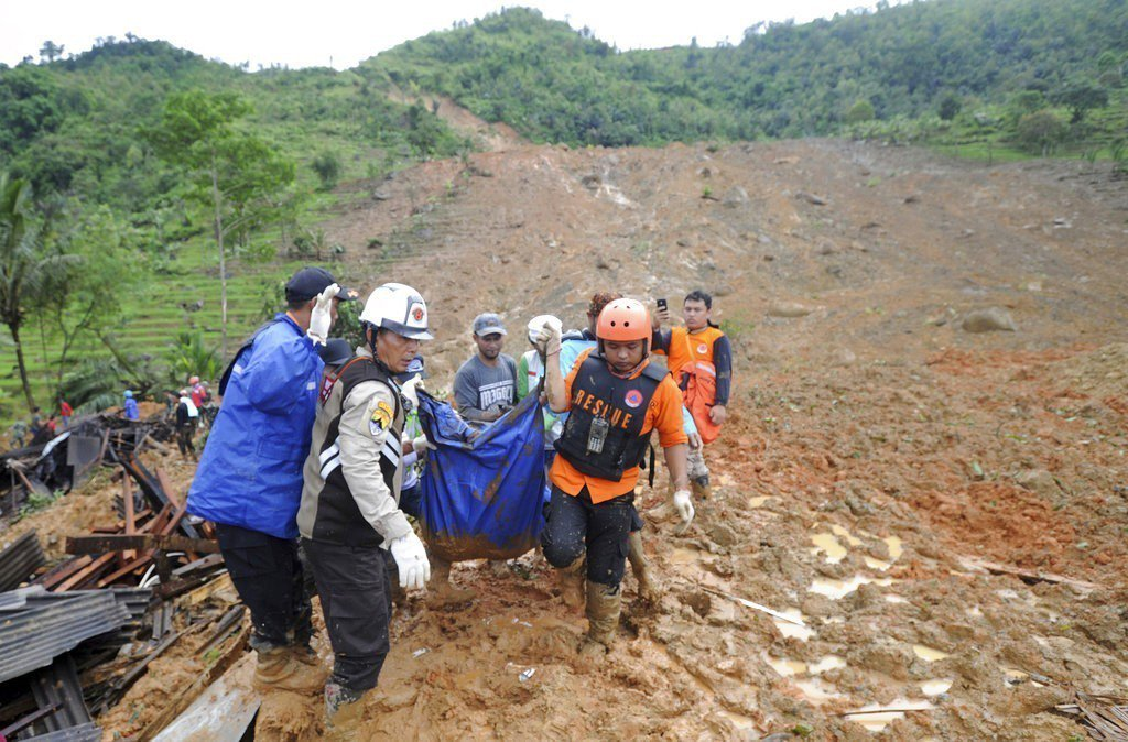 印尼西爪哇省因連日豪雨引發土石流,造成至少15人死亡,20人失蹤。 圖/美聯社
