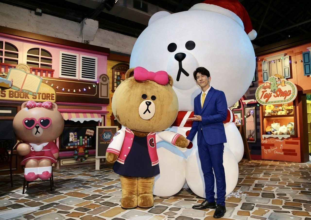 LINE FRIENDS台北站開展,藝人修杰楷化身機長偕同line的代表吉祥物熊...