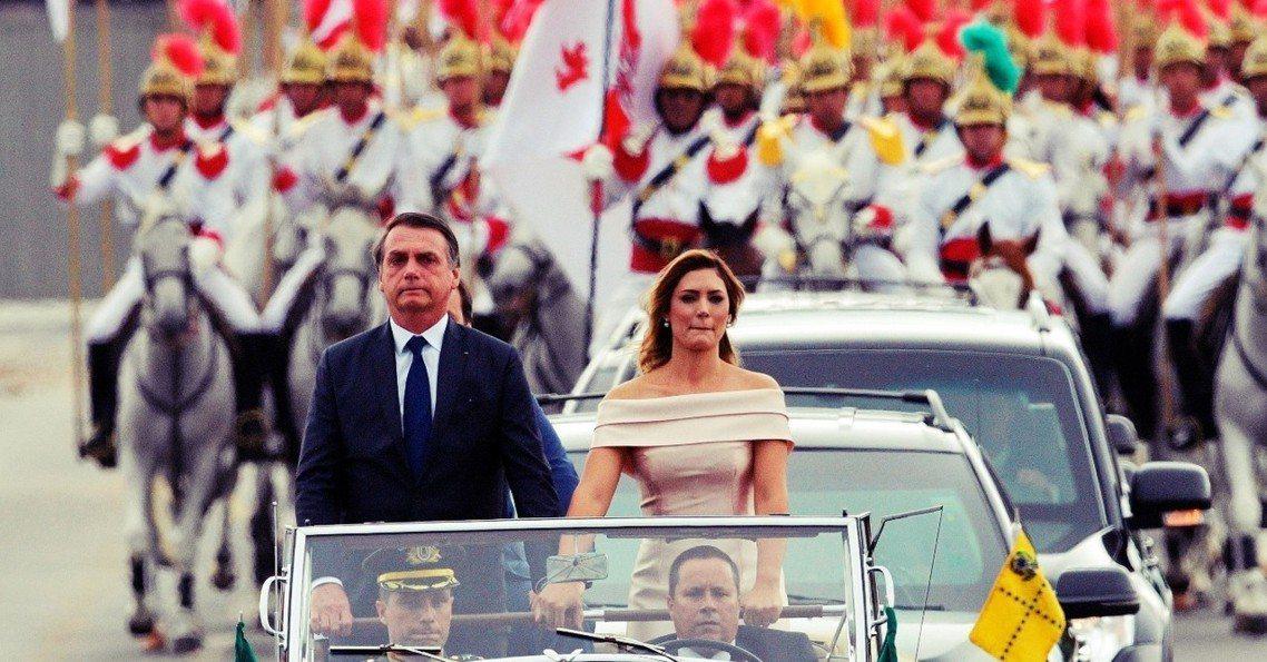 巴西極右派政治領袖—–博索納羅(Jair Bolsonaro)——周二在數萬人的...