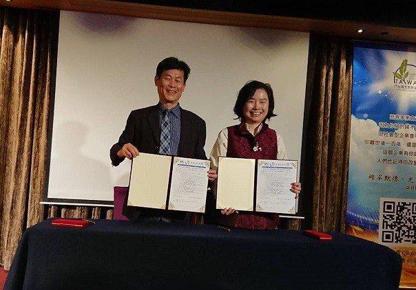 台中科技大學校長謝俊宏(左)與尤努斯基金會董事長蔡慧玲正式簽署合作。 台灣尤努斯...
