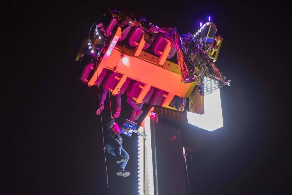 法國一遊樂設施故障導致8名乘客卡在52公尺高空中。圖擷自推特