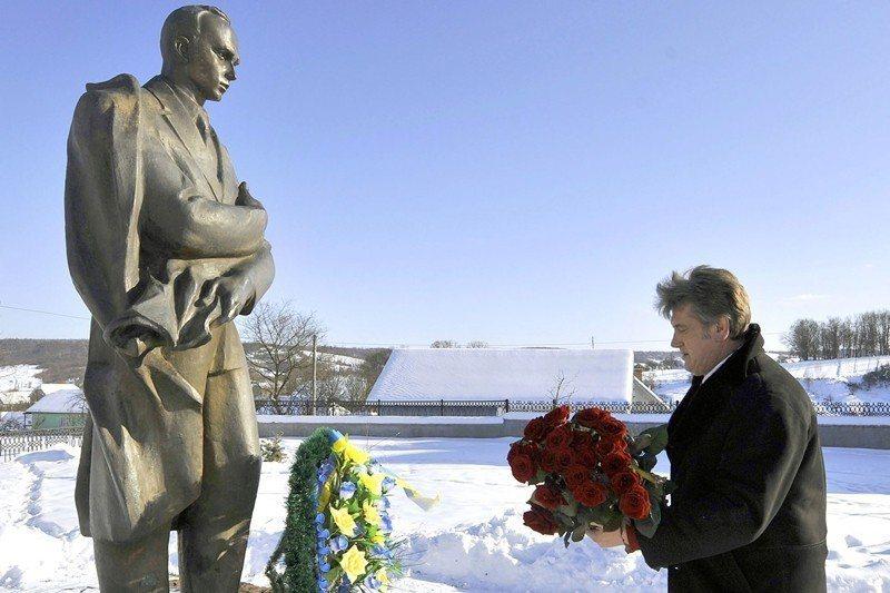 2010年,時任烏克蘭總統的尤申科宣布追授班德拉為「烏克蘭民族英雄」。圖為尤申科...