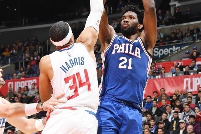 76人安比德(右)今天回歸就飆出28分19籃板3助攻3阻攻。 NBA
