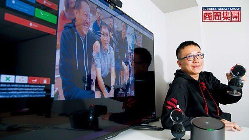 陳昭穎展示團隊設計的AI居家安全監控系統,監控螢幕畫面中為Deep_Sentin...