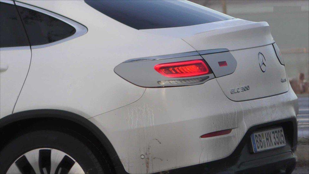 看來小改後的GLC Coupe尾燈也會呈現不同的排列方式。 摘自Motor1