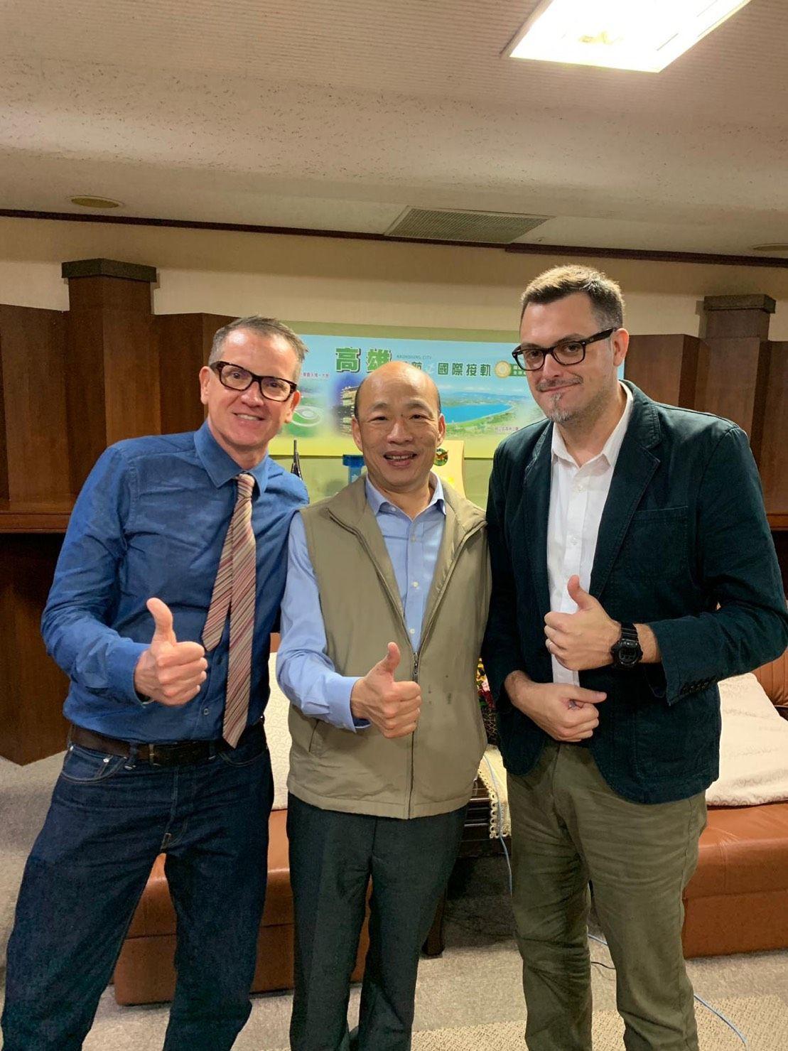 ICRT總經理白健文(左)和ICRT南部派記者Erik Smith(右)訪問高雄...