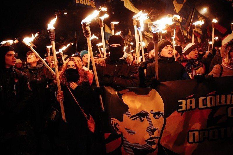 無論是廣場革命以及許多烏克蘭的反俄示威遊行,常可見集結者高舉班德拉的頭像看板。 ...