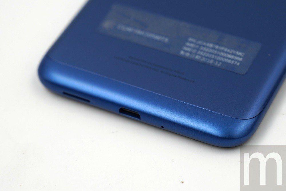 底部仍維持採用micro USB連接埠設計,而非使用USB-C設計