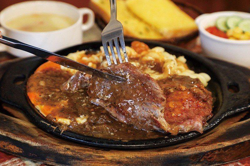 沙朗牛排190元/薄片牛排口感軟嫩,搭配螺旋麵,就算不跟風現下流行的厚片肉排,依...