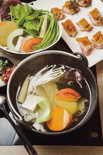 乾煎百里香雞腿排289元/雞腿排先煎過以鎖住肉汁,再放入湯鍋煮,創造絕妙口感。