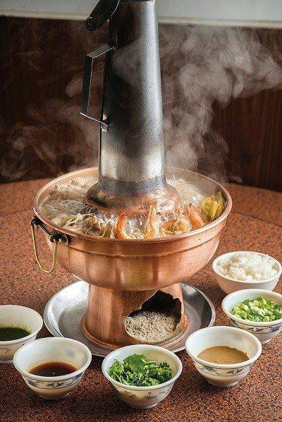 酸菜白肉鍋680元/小/以天然發酵酸菜譜出傳統道地風味,含酸白菜、豬肉片、丸子、...