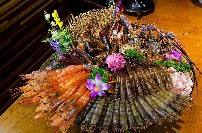 (圖/台灣旅行趣) ▲主角海鮮盤可是擁有多達40隻的鮮蝦、另外還有蛤蠣、透抽等等...