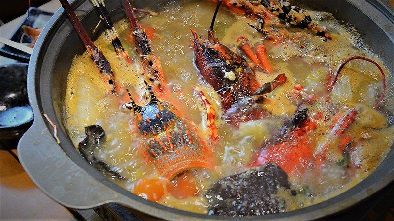 (圖/台灣旅行趣) ▲推薦一開始將龍蝦頭放進去熬煮,湯頭從這時開始就海味大爆發!