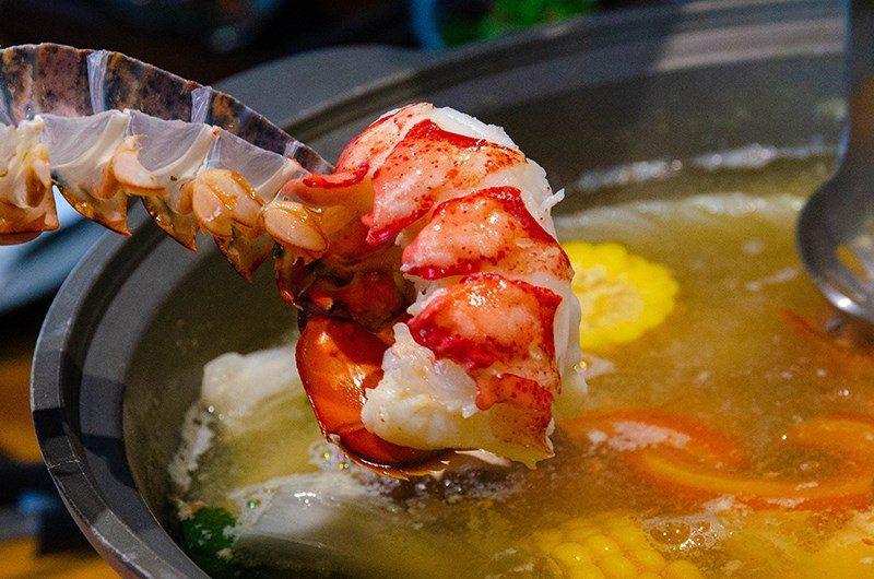 (圖/台灣旅行趣) ▲現點現殺的龍蝦,煮熟後輕鬆就能脫去牠的外殼。