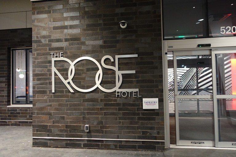 從機場搭車來到酒店,看到酒店大門的裝飾,就知道自己來了一個不像希爾頓風格的酒店了...