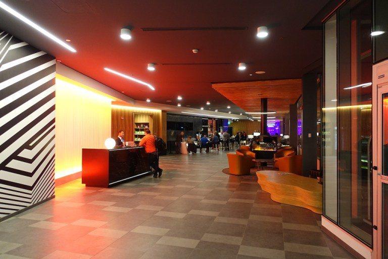 櫃檯位於酒店中間,右半邊主要是酒吧、餐廳及公共區域。大廳的裝飾非常現代大膽,整個...