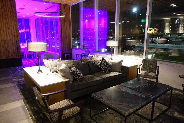 這是一個沙發區,有電視。前面提過因為腹地不大,所以排列上是跟餐廳酒吧混搭在一起 ...