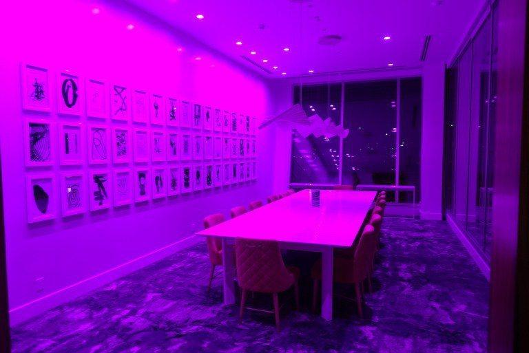 在整個一樓的最右邊,有個半開放的會議室。只是夜晚是用紫色裝飾,不過搭配大片落地窗...