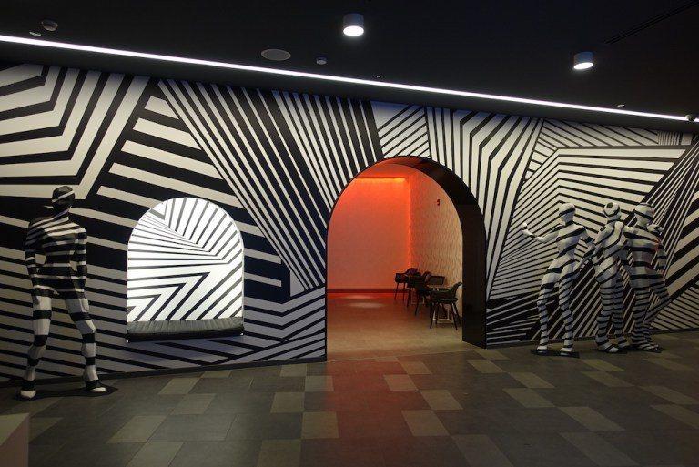 登登!這是通往電梯的門口,非常搶眼。而且黑白的色調增添些許未來感,很有通往星際旅...