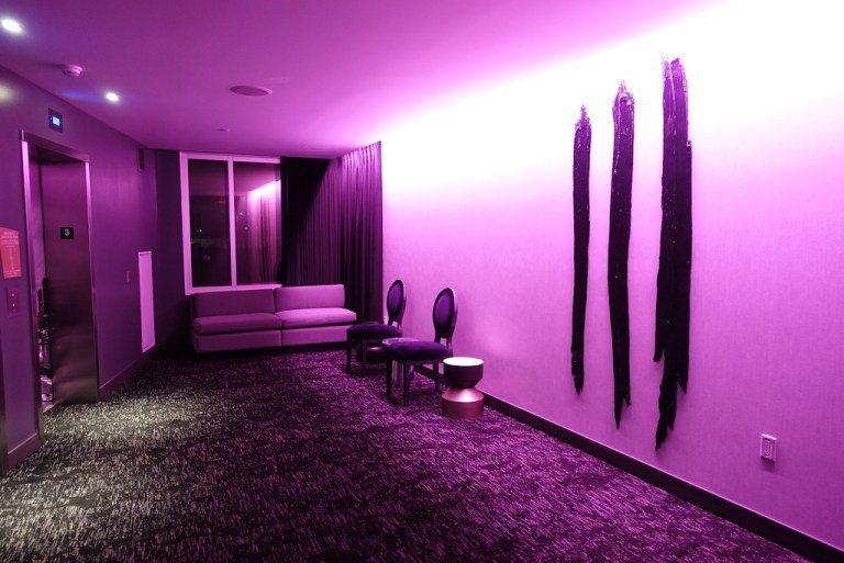 一出電梯,同樣是紫色燈光搭配一些造型奇特的椅子擺設,不過如果你跟我一樣喜歡嚐鮮這...