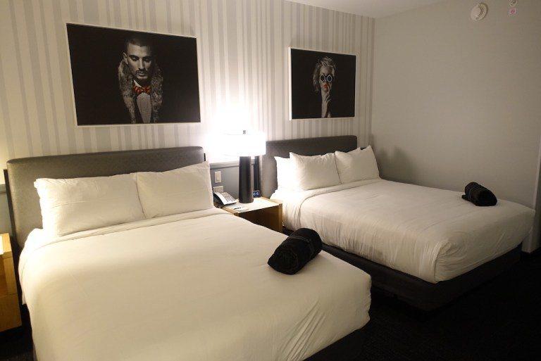 一般酒店都會直接鋪好鞋墊在床鋪上,但是這家酒店則是收好放在床鋪上 圖文來自於:T...