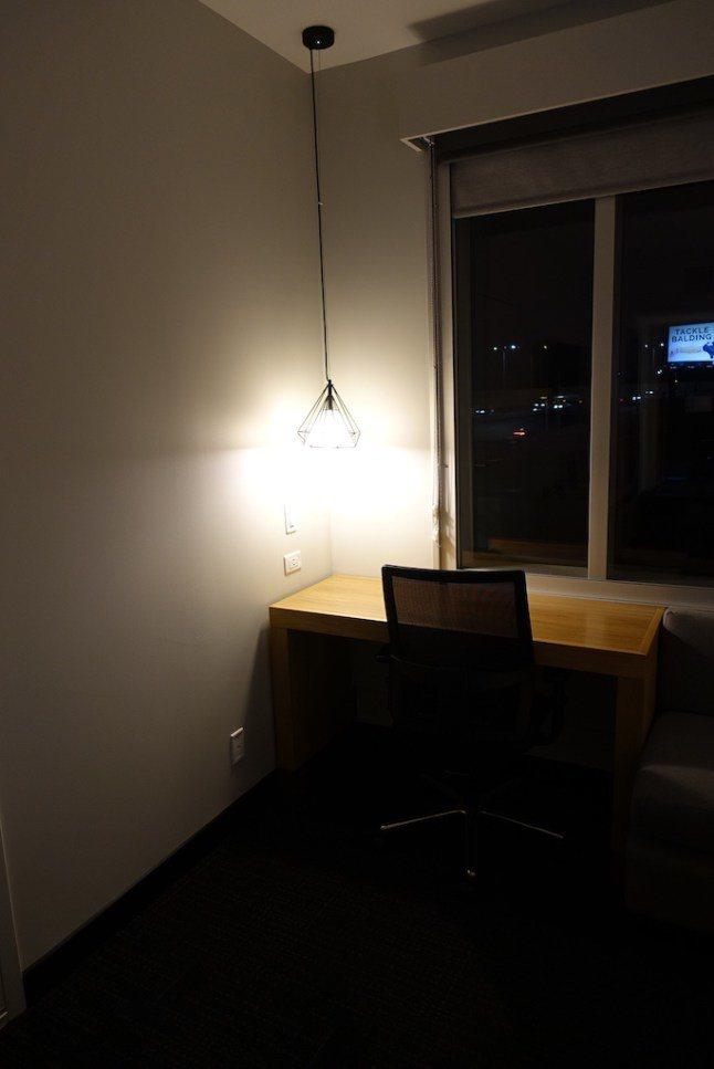 仔細觀察了一下,發現整個空間覺得大,應該是來自於縮小版的辦公桌。其實這對於傳統認...