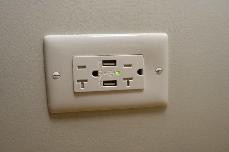 雖然是縮小版辦公桌,但是旁邊仍然配置USB插座。這幾年覺得舊的五星級酒店,都遠比...