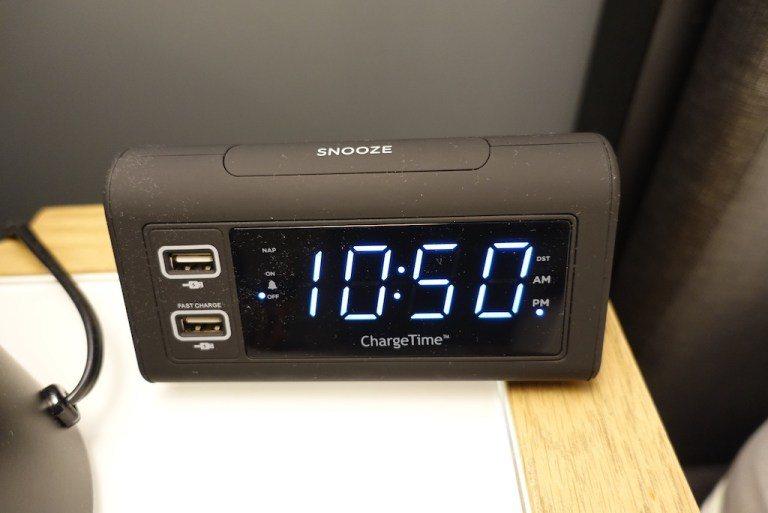 連床頭鬧鐘都有USB插座,給個讚 圖文來自於:TripPlus