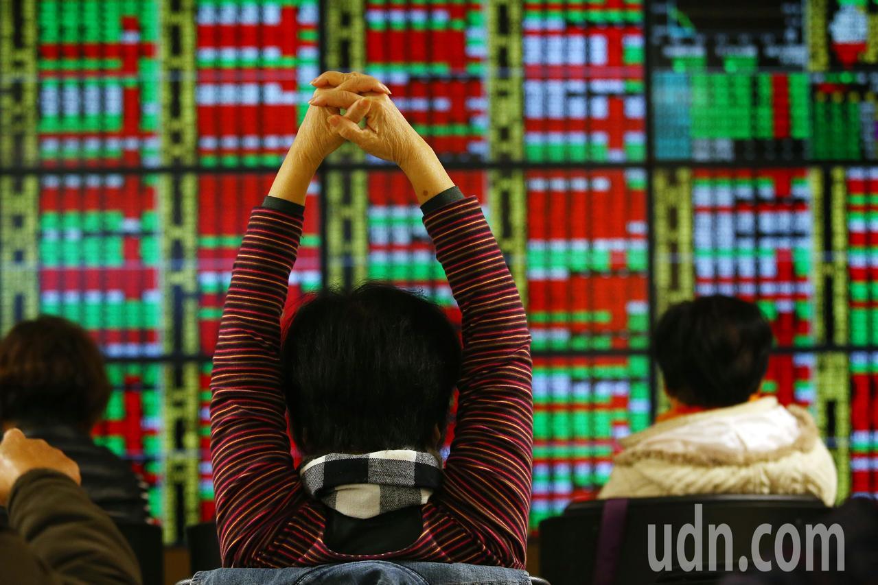 2019年台北股市的第一個交易日,開盤雖小跌2.14點,但隨後跌幅加大,呈現震盪...