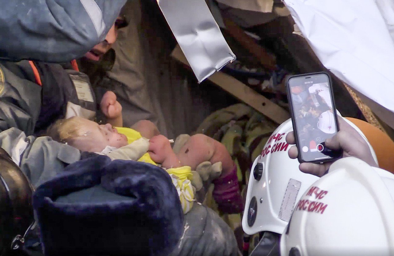 新年奇蹟!俄羅斯公寓大樓氣爆,1名11個月大的男嬰在-17度低溫下受困35小時,...