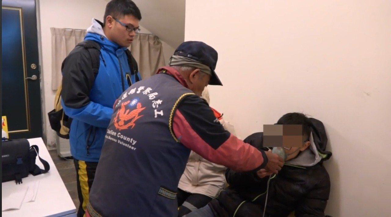 簡姓男大生(右)被花蓮警方送到松雪樓的駐點醫療站給氧初步治療。圖/新城警分局提供