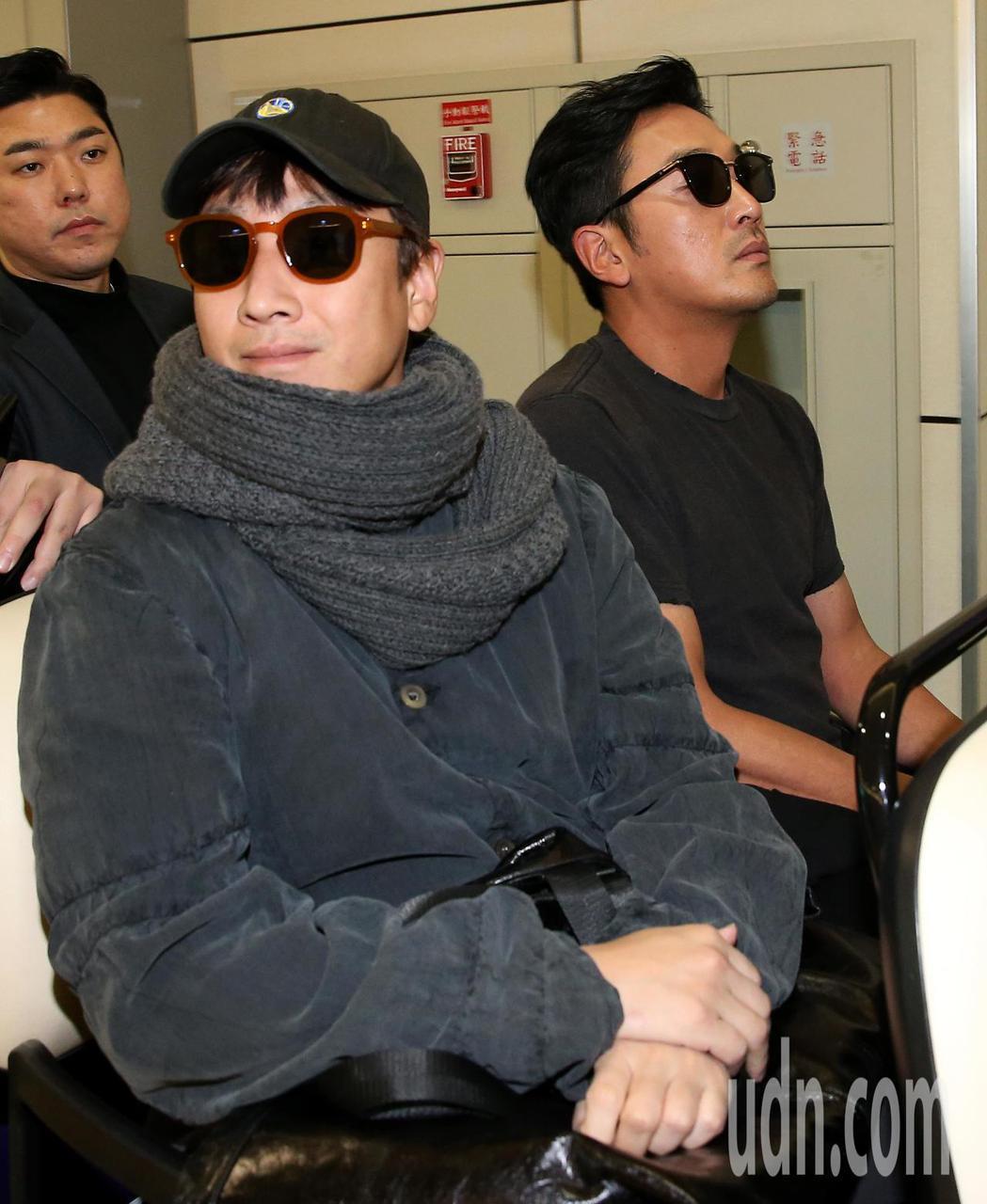 南韓影帝河正宇(右)及李善均(左)2日中午搭機抵達桃園機場。記者陳嘉寧/攝影