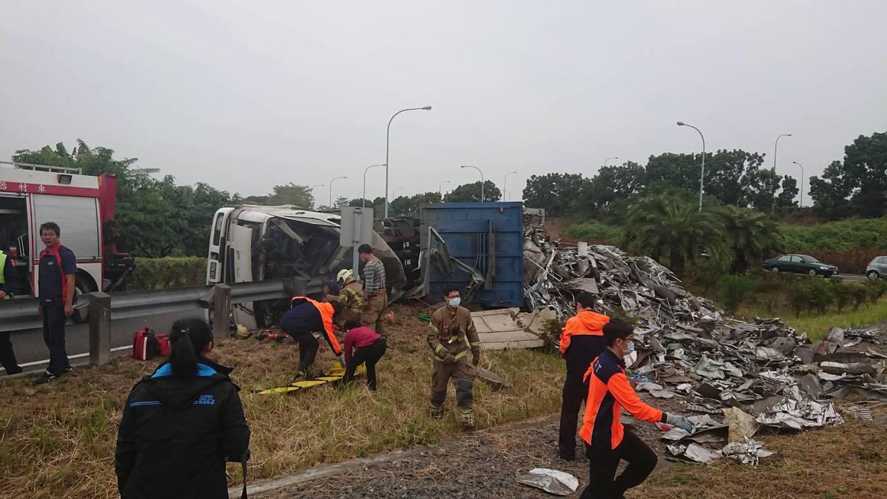 國道一號南下安定交流道出口閘道,一輛營業曳引車,不慎自撞護攔翻車,駕駛當場死亡。...
